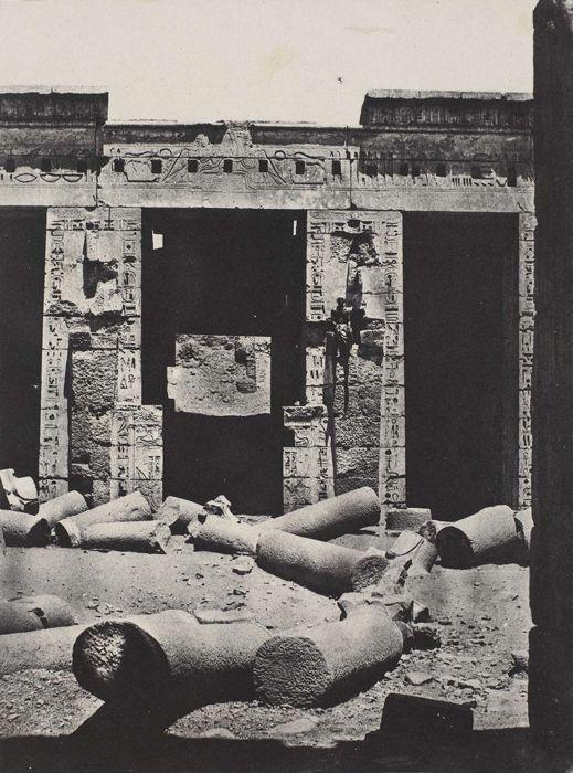 Partie orientale du péristyle du palais de Ramsès-Méiamoun, Médinet-Habou, Thèbes, 1850 par Maxime Du Camp | Tirage : Imprimerie photographique Blanquart-Evrard