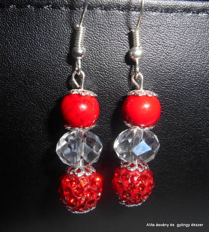 8 mm-es piros,fekete erezett howlit,10 mm-es shamballa és fehér csiszolt fánk gyöngyből készült füli.