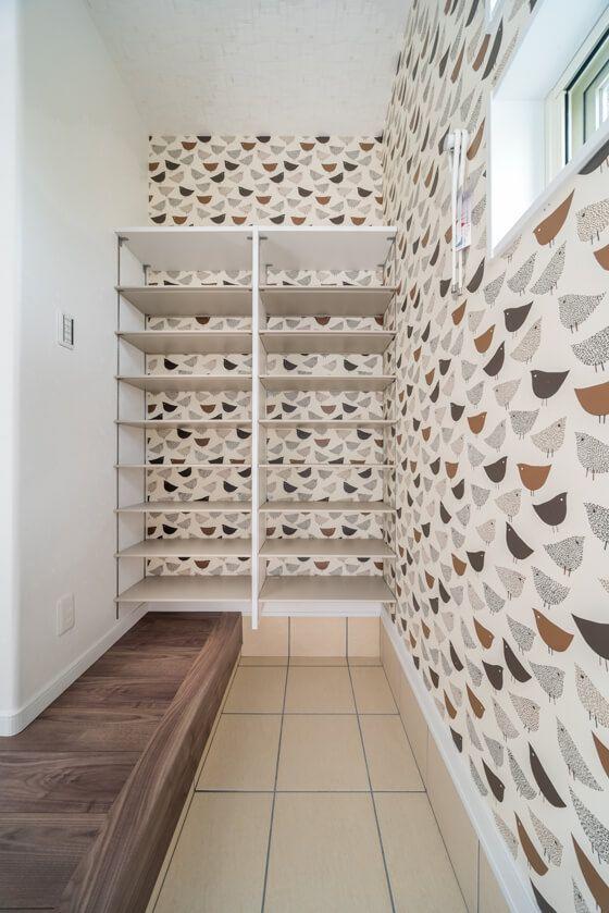 楽しい壁紙施工事例「鳥柄(鳥模様)クロスのシューズクローク(サンゲツのリザーブ/アート・イラスト/RE-2768 鳥のパターン)」 #壁紙 #クロス #鳥柄 #鳥のイラスト #シューズクローク #玄関収納 #鳥の模様 #カンタナ #収納棚 #土間 #エアフープ #可愛い壁紙 #鳥の絵