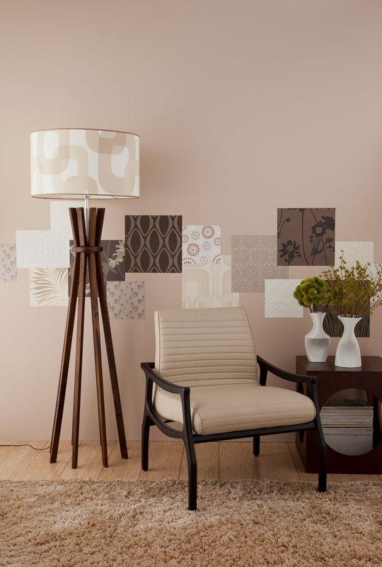 Com retalhos de papel, Samir criou uma espécie de moldura nesta parede. Os papéis são da Wallpaper e Celina Dias. A poltrona, a mesa lateral e os vasos são da Art de Vie. A luminária é da Ilustre.