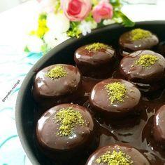 Burçaklı pastacıklar yapılışı çok ama çok basit olan, çayın ya da kahvenin yanında ikram edebileceğiniz bir pasta tarifidir.