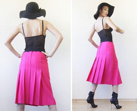 CELINE Paris Jahrgang hell Magenta Rosa hohe Taille Knielanges Plissee Midi Bleistiftrock. Dekorativer Kette Detail auf Taille, Knielanges,