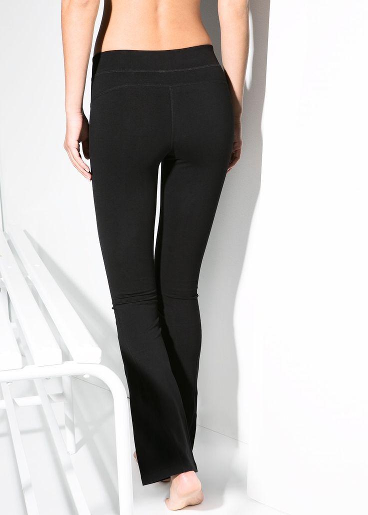 Leggings largos efecto reductor con cintura elástica confeccionados en un tejido stretch de algodón transpirable que proporciona comodidad y libertad de movimiento en cualquier postura, desde inversiones hasta giros.