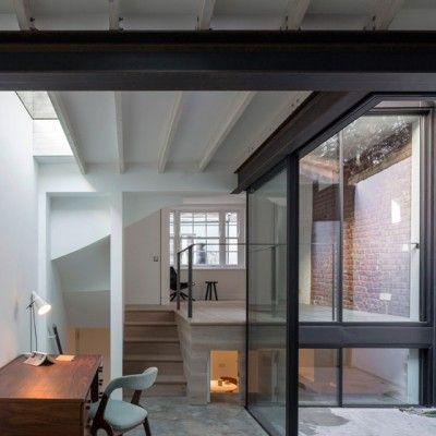 Derrière la façade géorgienne d'une maison et d'un atelier délabrés dans l'ouest de Londres, West Architecture a créé une nouvelle résidence qui couple des