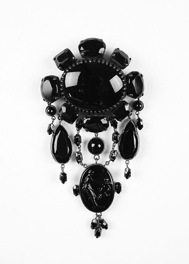 Broche em jet, pedra completamente negra, utilizada para adornar jóias usadas durante o período de luto na época vitoriana, c. 1880.