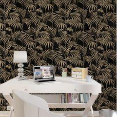 Le motif palmier ultra-tendance de ce papier peint intissé Honolulu s'inscrit dans la tendance tropicale du moment en version nuit. Avec son fond scintillant pailleté et ses détails dorés sur les feuilles, il habillera élégamment votre intérieur.