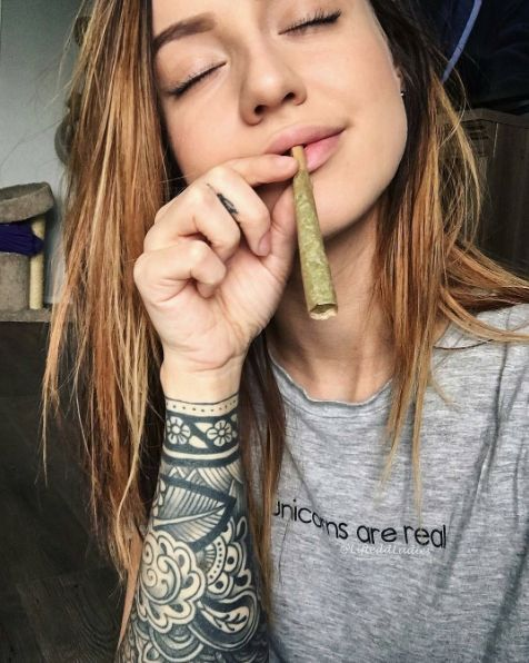 thin-girls-smoking-weed-special-amateur