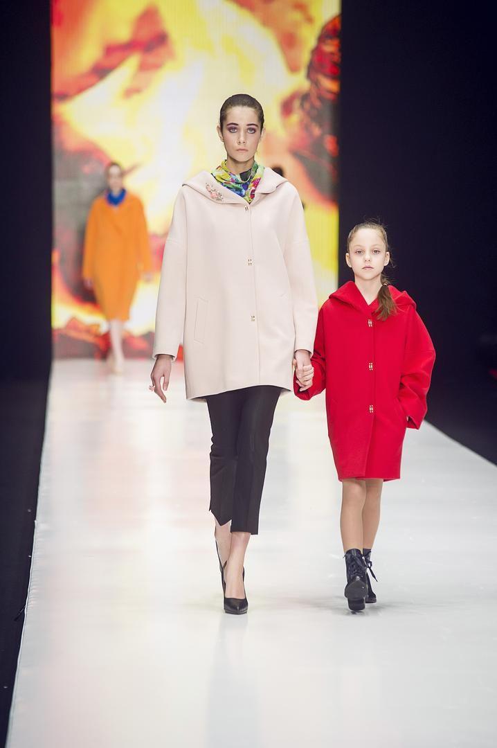 Современные реалии модного мира раскрепощают эту девочку возможностью мгновенной смены образа даже будучи обладательницей одного пальто. Так в сочетании с кедами и шапкой – это стильная, продвинутая, спортивная девчонка, переодев балетки – пред нами уже маленькая «француженка», ботиночки с гетрами и беретом, и образ артистической, витающей в облаках, девочки готов.  #showroom #платье #русскийдизайнер #мода #womanstyle #FedorovaOksana #FedorovaFashion #Moscow #selfie #dress #designer #магазин…