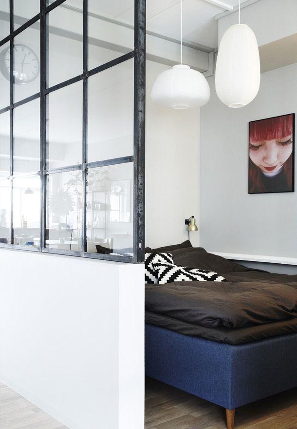 Sort vinduesvæg med jerntremmer mellem soveværelse og stue