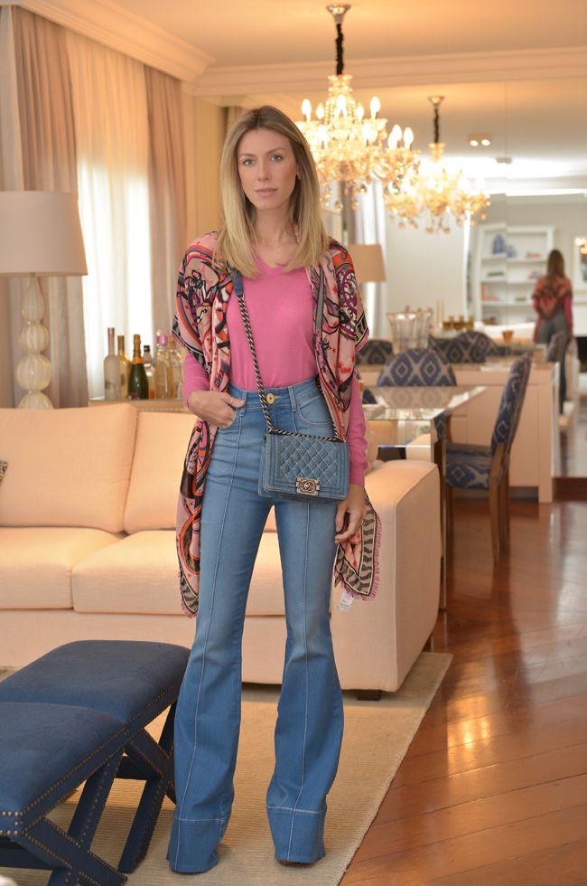 Nati Vozza do Blog de Moda Glam4You usa look com calça flare e sueter. Look perfeito para o dia a dia.