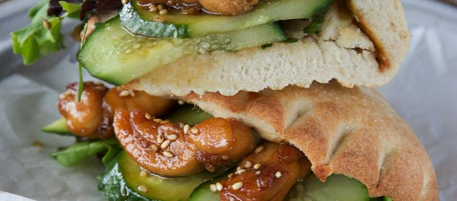 LEKKER: Calzone Sticky Chicken recept voor 1 persoon. Saus voor 2 personen alles door 4 delen