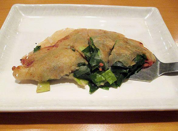天のや(東京・麻布十番)18:30以降に登場するお好み焼き。とろろ芋だけで焼き上げた柔らかな食感の「とろろ焼」や、じゃがいもとたらこ入りの「お春焼」、お豆腐入りの「水戸黄門」、イカ・海老・豚のミックス「お菊の方」など、お好み焼きは約8種。東京では珍しい「ねぎ焼」です。大阪発祥の「ねぎ焼」は生地に小麦粉を使うのはお好み焼きと一緒ですが、キャベツは使わず、刻んだ青葱を大量に使うのが特徴。九条葱の風味と、もっちり香ばしい生地の食感は、やみつきになること必至