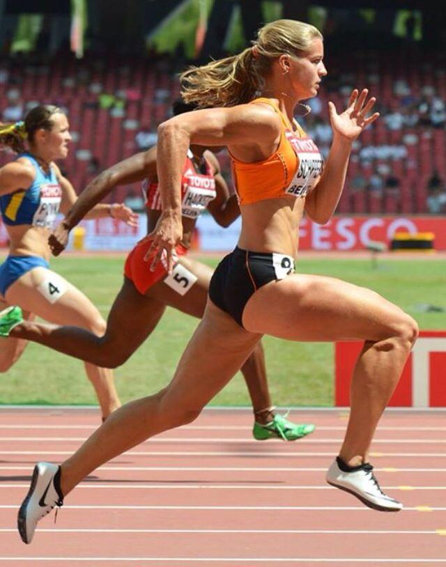 Daphne Schippers rent op dit moment, want haar benen en armen zitten in een…