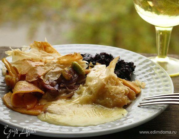 Камамбер с фруктами в тесте фило. Ингредиенты: камамбер, груши, айва