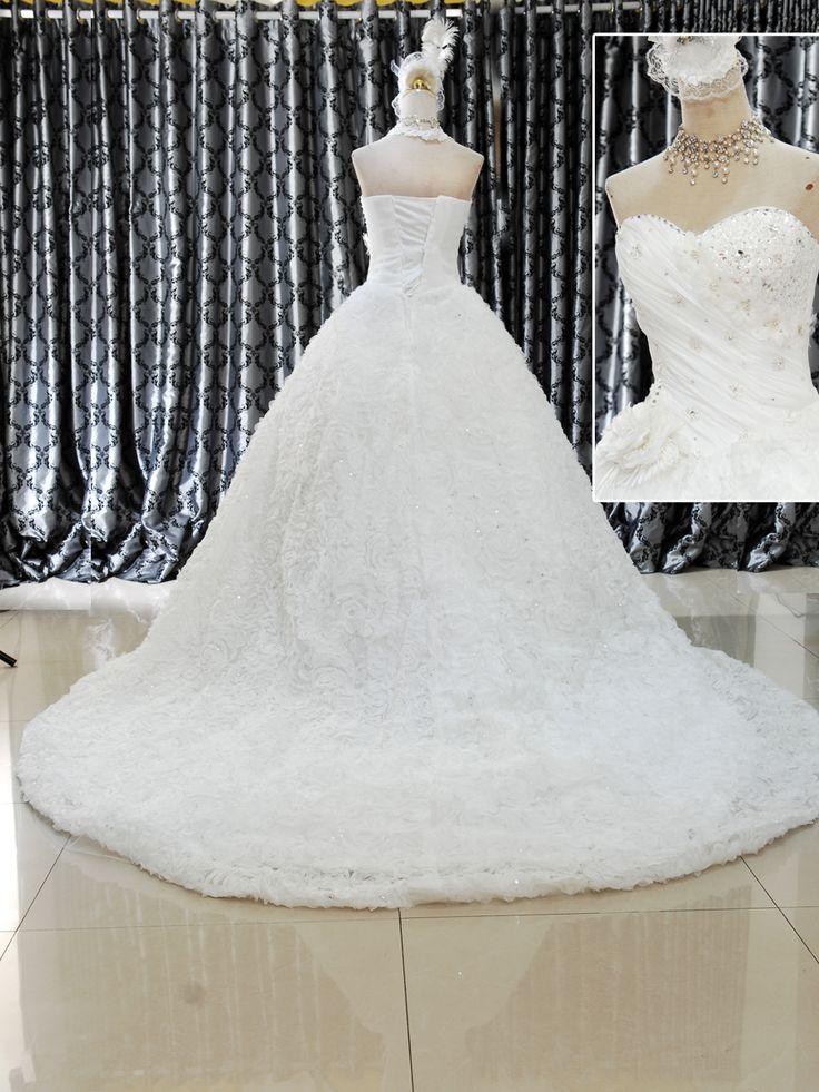 Gaun Wedding Model Ballgown 153-128 Drap acak dan motif bunga, mote serta dada berbentuk love, menjadi andalan gaun ini. Warna BW dengan ukuran M serta belakang tali tali Harga Rp 4.100.000.-