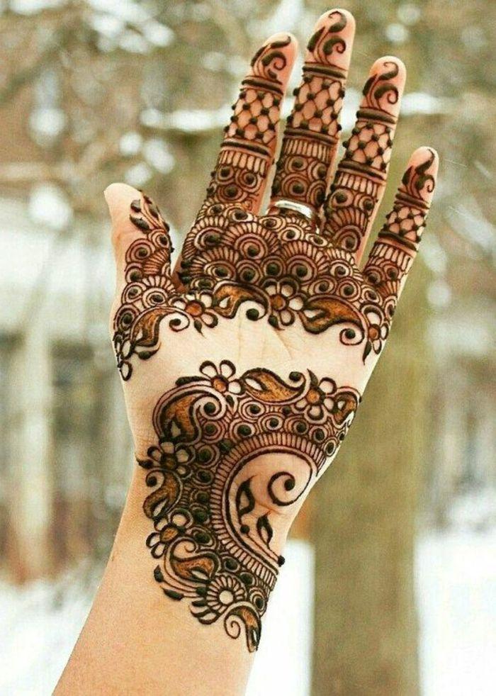 tatuaje-de-henna-para-mujer-flores-en-la-mano-dibujo-detallado