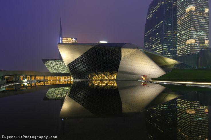 L'Opéra de Canton, dans laprovinceduGuangdong, enChine, a été inauguré en mai 2010.En avril 2002, un concours international a été organisé pour la construction de ce projet. La folie de construction de la Chine rappelle alors celle que Zaha Hadid avait connu plus jeune, comme elle l'expliquait en 2012:    «Comme dans tant d'autres pays en développement à l'...