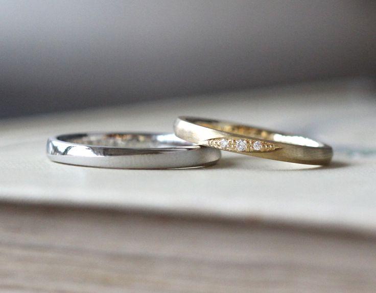ゴールドとプラチナの結婚指輪(オーダーメイド/手作り)男性はプラチナ。女性はゴールドで全体をつや消しにアレンジし リングの中心には、斜めのラインに沿って、ダイヤモンドを3ピース彫り留め。 [結婚指輪,オーダーメイド,マリッジリング,marriage,wedding,bridal,ring,ith]