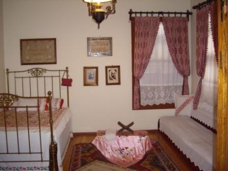 Selanik'teki Atatürk'ün evi yenilendi. Ali Rıza Efendi'nin, Atatürk 'ün doğumundan birkaç yıl önce kiraladığı evin ikinci katında, güney taraftaki odada Atatürk dünyaya geldi.   Evin yenilenmeden önceki hali böyleydi