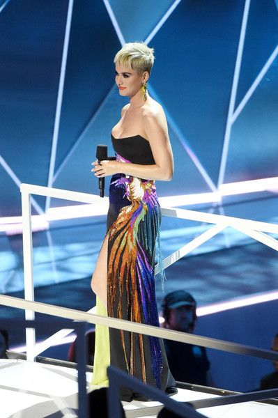 Katy Perry Photos - Katy Perry speaks onstage during the 2017 MTV Video Music Awards at The Forum on August 27, 2017 in Inglewood, California.