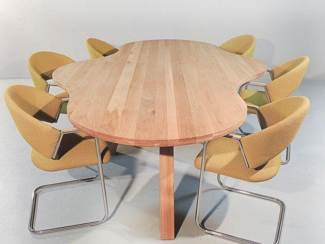 Design eiken tafel met bijzondere ovaal - ronde vorm en bijpassende stoelen  De Paris is een prachtige, moderne en elegante ovale tafel. De combinatie van de eikentafelblad in combinatie met de eikenpoten geven deze tafel zijn kracht. De vorm is ovaal, maar de foto laat al prachtig de beweging in de tafel zien. Deze tafel is niet met 1 woord te beschrijven.