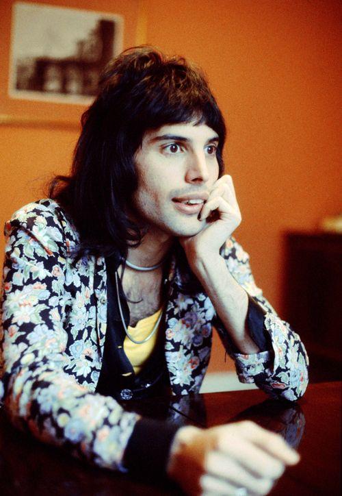 Este homem e o melhor do mundo. Ele sorria sem vergonha ele cantava com vergonha. Ele era unico, diferente. Todas as noite penso nele antes de adormecer, quem me dera um dia ser tao corajosa como ele... Obrigado Freddie por alegrares os meus dias!!!