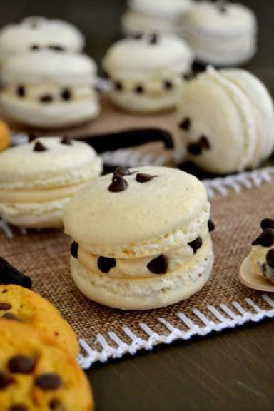 Cookie dough macarons will just make you happy. Excellent flavor, delicious filling, bite after bite. Click through for recipe!