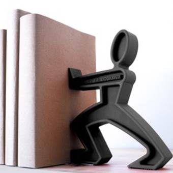 James, het oersterke mannetje houdt nu niet alleen meer deuren tegen. Hele stapels boeken leunen tegen zijn sterke armen!