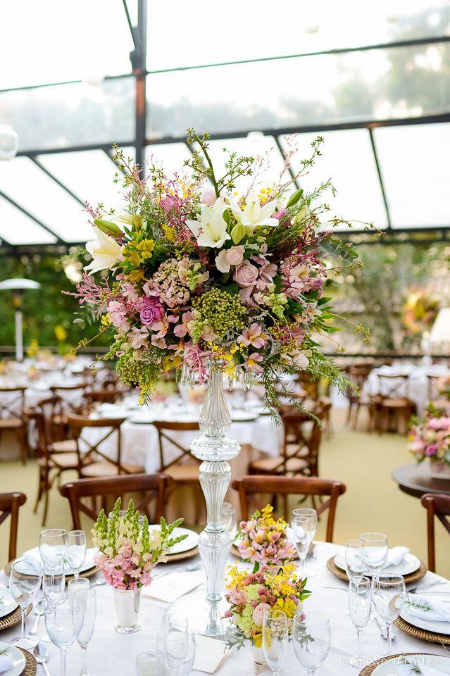 Decoração linda e romântica em tons de rosa e verde, casamento de dia na Fazenda Santa Bárbara. Decoração: Fábio Borgatto e Telma Hayashi | Foto: Rejane Wolff