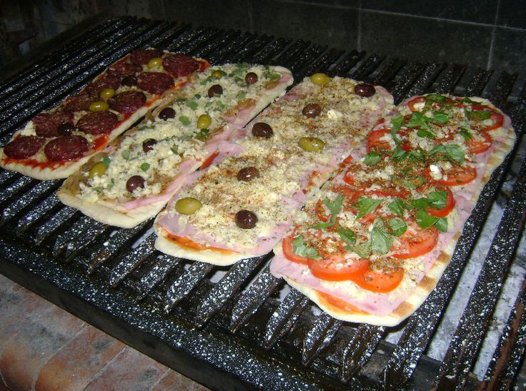 Receta de pizzas a la parrilla - http://recetasalasbrasas.com/receta-de-pizzas-a-la-parrilla/