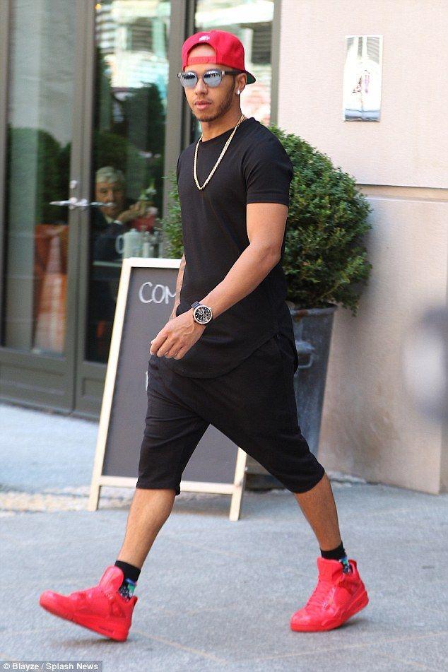 Lewis Hamilton kombiniert lange Shorts mit roten Turnschuhen für einen Ausflug in NYC  – urban | street style