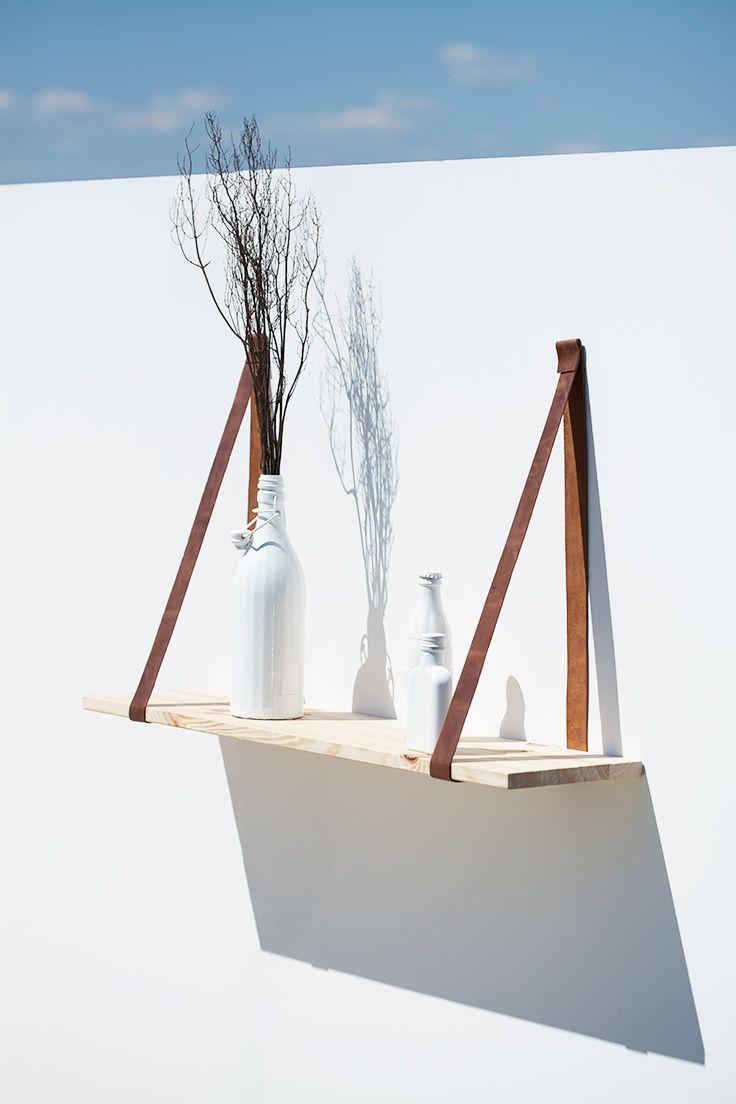 Schlichtes Wandregal aus Holz und Lederriemen von der Berliner Designerin Betty Bund. Bücherregal oder für Deko. Hier stellt sie die Bauanleitung als Video zur Verfügung. Alle Materialien und Werkzeuge als Set lieferbar.