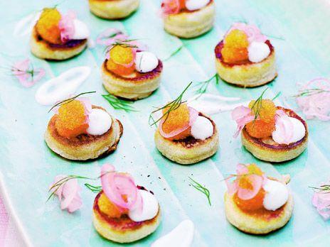 Blinier passar perfekt till champagne som tilltugg på nyår. Recept från kokboken Fest, mat & kärlek.
