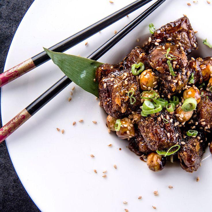 Pazar akşam yemeğinde Japon Mutfağını denemek istermisiniz? Teriyaki Soslu Dana Eti ve yaninda sebzeli noodle keyfli bir kombin oluşturur. Teriyaki sos ve noodle için www.nefisgurme.com'u ziyaret ederek sipariş verebilir , kendi mutfağınızın Japon Şef'i olabilirsiniz. Afiyet olsun.