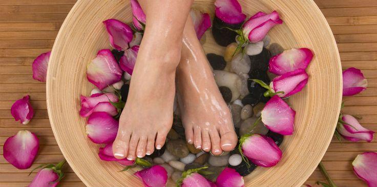 Relaxar, diminuir o estresse e a ansiedade e, ainda, afastar a insônia é possível com uma receita simples: escalda pés com lavanda e melaleuca!