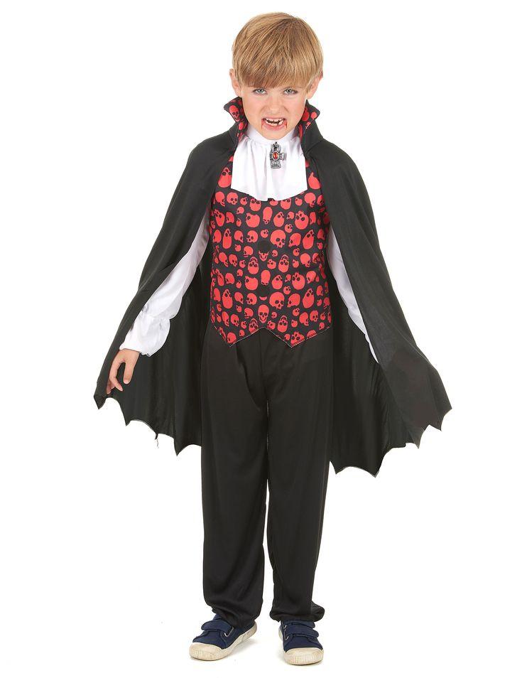 Déguisement vampire garçon : Ce déguisement de vampire pour garçon se compose d'un haut et d'une cape (pantalon et chaussures non inclus). Le haut est noir avec des crânes rouges au niveau du buste....