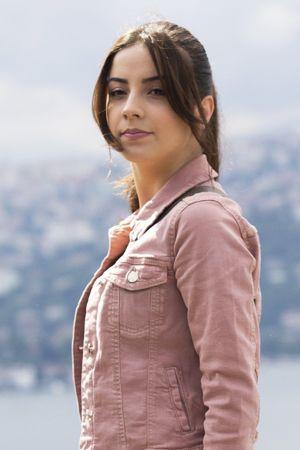 Ceylan 23 yaşında Ürgüp'te yaşayan hayatını balon pilotluğu yaparak kazanan neşeli, yardımsever ve hayalperest bir genç kızdır. Ailesini yıllar önce bir trafik kazasında kaybetmiş komşular ve mahalleliler tarafından büyütülmüştür. Ceylan'ın hayatı 12 yaşındayken İstanbul'da okuyan bir grup çocuğun Kapadokya'ya geziye gelmesiyle tamamen değişir...