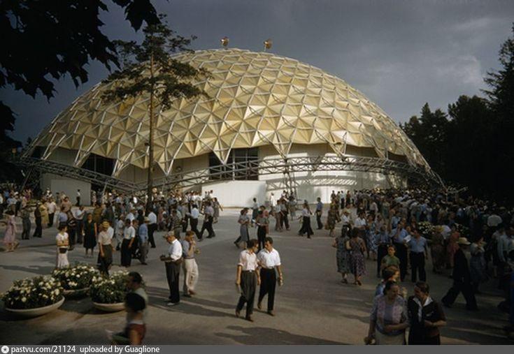 июле 1959 года в Сокольниках открылась Национальная выставка США. Главным зданием для размещения экспозиции стал «геодезический купол» – огромный павильон, возведённый по проекту известного американского архитектора Фуллера.+ Дайджест интересных фотографий видов старой Москвы   moscowwalks.ru