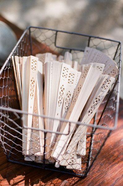 Abanicos para no sufrir del calor. Buenas Ideas para Decoraciones Exteriores en Bodas. Imagen: Style Me Pretty