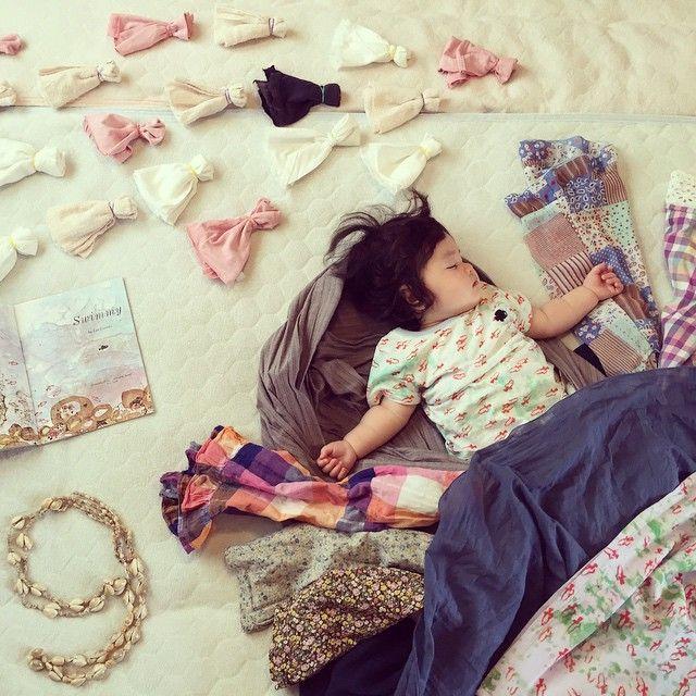 8ヶ月ぶりに撮れた!寝てる寝相アート(≧∇≦) スイミーの夢見れたかな? #寝相アート #寝相絵本アート #スイミー #レオレオニ #ぼくが目になろう #絵本…
