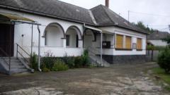 Lovak tartására vagy hobbi állat tenyésztésre kiváló a nagyméretű telek és a gazdasági épületek. A pincét korábban hasznosították gomba termesztésre.   A verandás palóc parasztházon kívül a telken van még egy kisebb téglaház is./ 2 szoba + konyha; viz, villany, csatorna bekötve / http://dunahousematraderecske.ingatlan.com/20871705