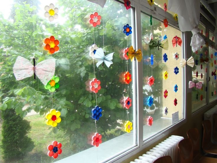 tavaszi dekoráció: műanyag flakonok kupakjából virág girlandok-pillangók