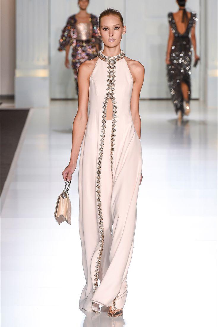 Guarda la sfilata di moda Ralph & Russo a Parigi e scopri la collezione di abiti e accessori per la stagione Alta Moda Autunno-Inverno 2017-18.