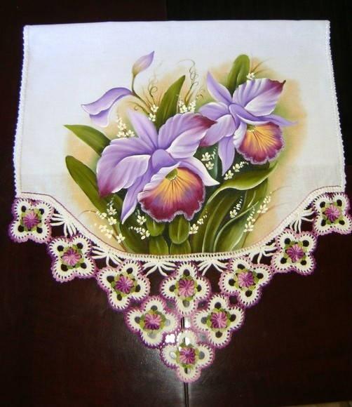 Pano de copa com pintura em tecido e croche R$ 75,00