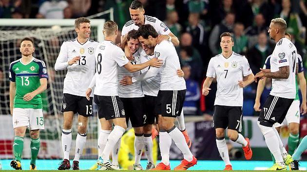 Das deutsche Team feiert Rudys Traumtor