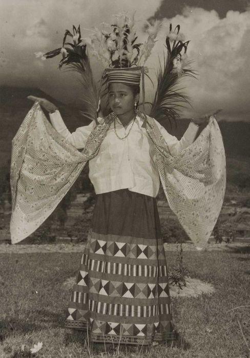 COLLECTIE TROPENMUSEUM Portret van een Mamasa Toraja danseres.