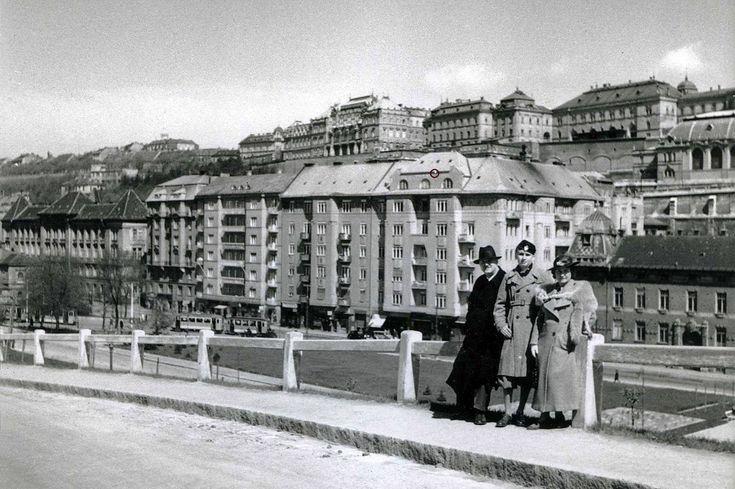 1940. Krisztinaváros, Attila út (Szt. János tér) a Gellérthegy utcából nézve - a kalapos úrtól balra, a kis piros körrel jelölt helyen csapódott a házba egy repülő 1945-ben.