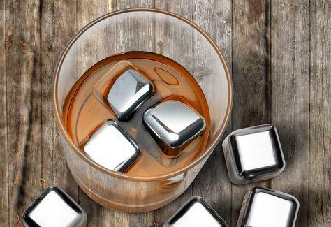 Mantenha suas bebidas favoritas Geladas sem deixa-las aguadas. Estes cubos de gelo em aço inoxidável são preenchidos com gel não tóxico, para que eles possam ficar em seu freezer por tempo indeterminado ou até sua próxima ocasião especial. Usá-los de novo e de novo... para suco, refrigerante, coquetéis ou seus destilados favoritos.