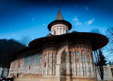 """Mănăstirea Voroneț, România. Cunoscut sub numele de """"Capela Sixtina a Orientului"""" pentru picturile sale incredibile. secolul al 14-lea."""