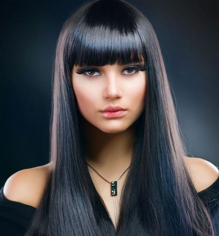 Taglio capelli lunghi, idea con frangia e una colorazione di nero con lunghezze pari